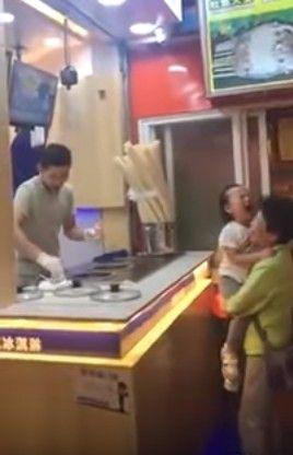 被冰淇淋老闆捉弄,小女孩怒丟甜筒哭了